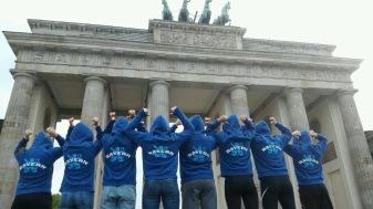 Die Schwandorfer Volleyballerinnen als Vertreter Bayerns vor dem Brandenburger Tor in Berlin